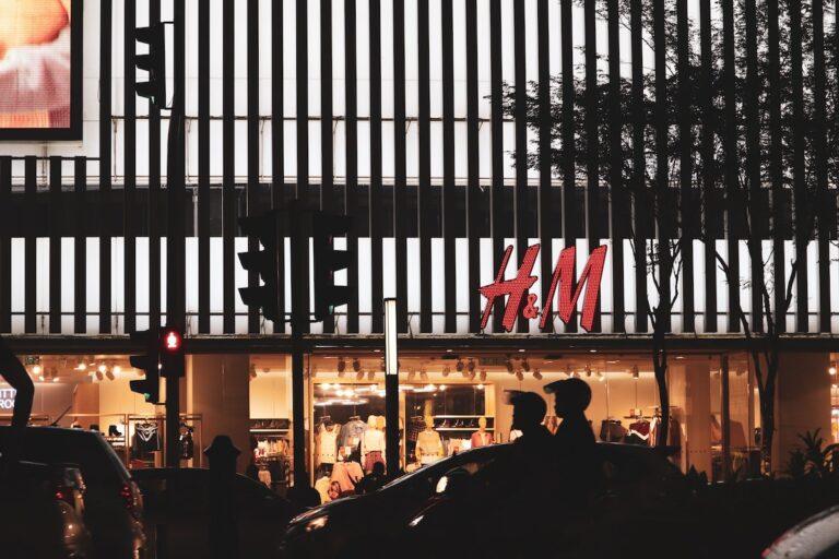"""""""H&M zamknie 170 sklepów i postawi na e-handel"""""""